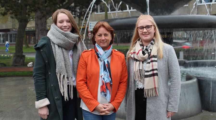 Emma Vienerius (von links), die Landtagsabgeordnete Bianca Winkelmann und Chiara Noch haben in Espelkamp über die