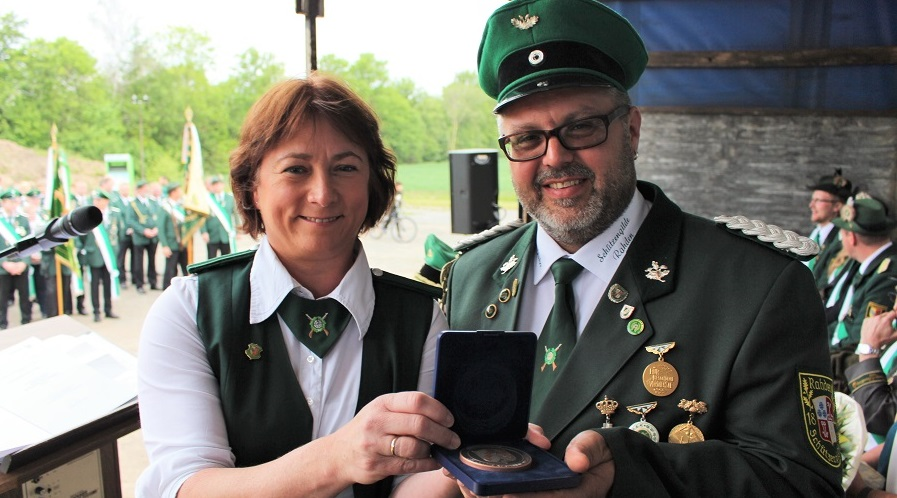 Bianca Winkelmann überreicht Major Michael Coors die Plakette.