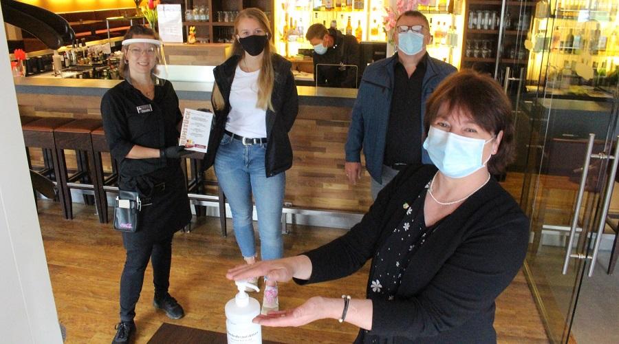 Bevor der Gast das Restaurant betritt, werden die Hände desinfiziert: Claudia Landmann (von links), Vivien Schneider, Johann Schneider und Bianca Winkelmann.
