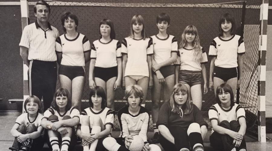 Bianca Winkelmann (vorne, Dritte von links) hat früher selbst beim TuS Schwarz-Weiß Wehe Handball gespielt.