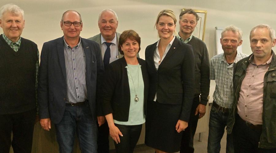 Bildunterschrift: Bianca Winkelmann MdL (4. v. l.) und Christina Schulze Föcking MdL (5. v. l.) mit den Delegierten des CDU-Kreisagrarausschusses, darunter auch Rainer Meyer, stellvertretender Vorsitzender des Landwirtschaftlichen Kreisverbands Minden-Lüb