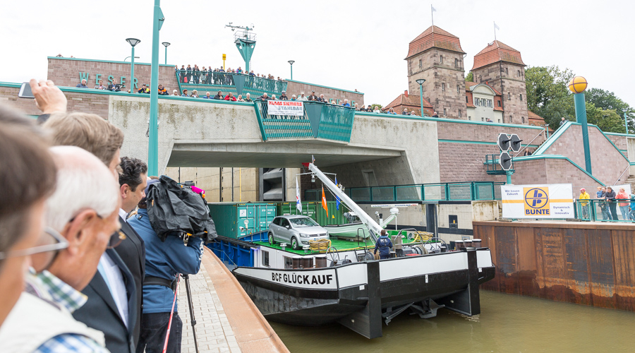 Gleich kommt das erste Schiff aus der Weserschleuse.