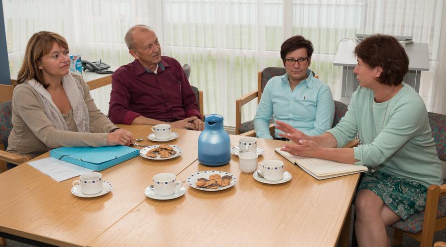 Bianca Winkelmann MdL (rechts) im Gespräch an der Regenbogenschule